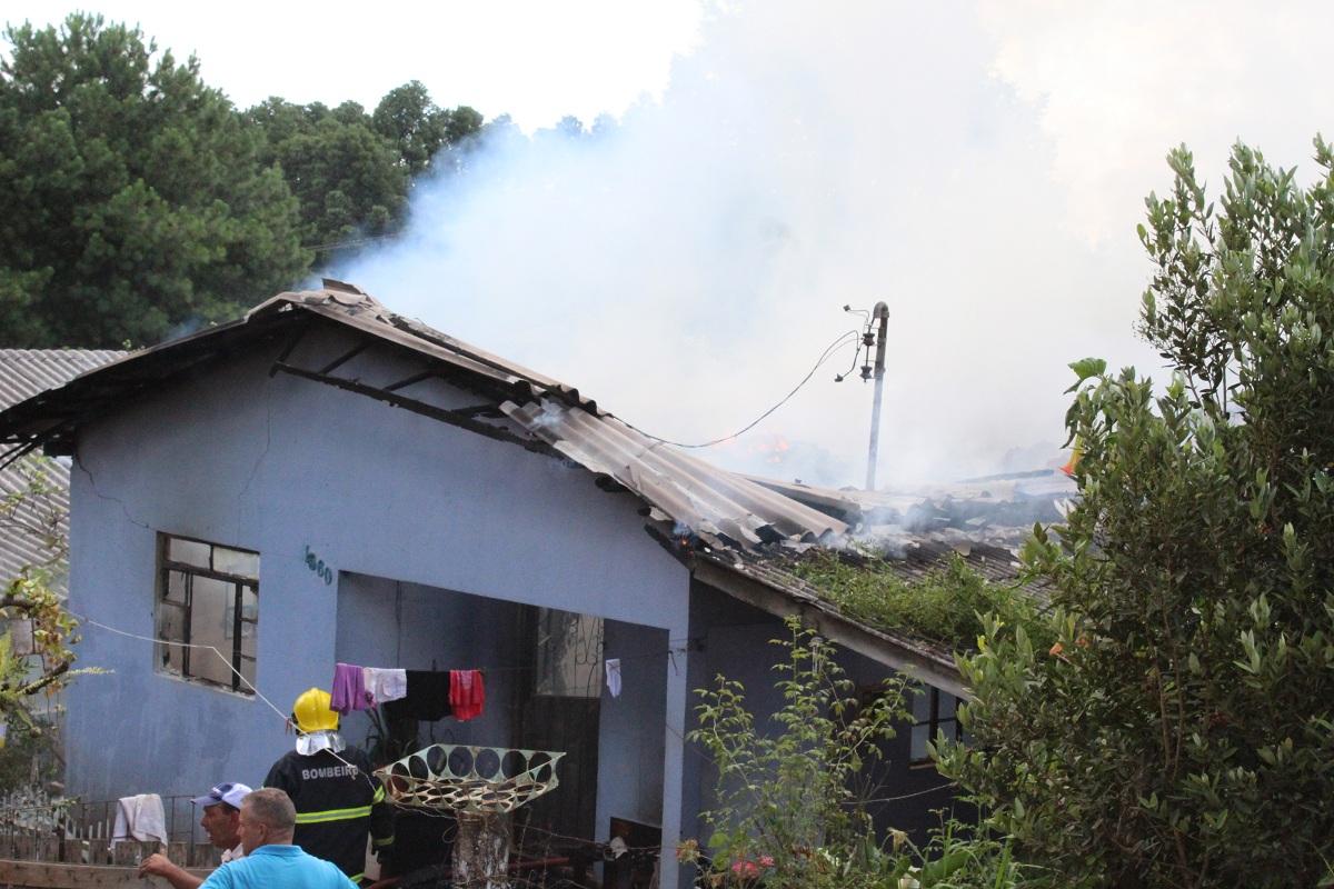 Casa em chamas no bairro Aparecida em Campos Novos