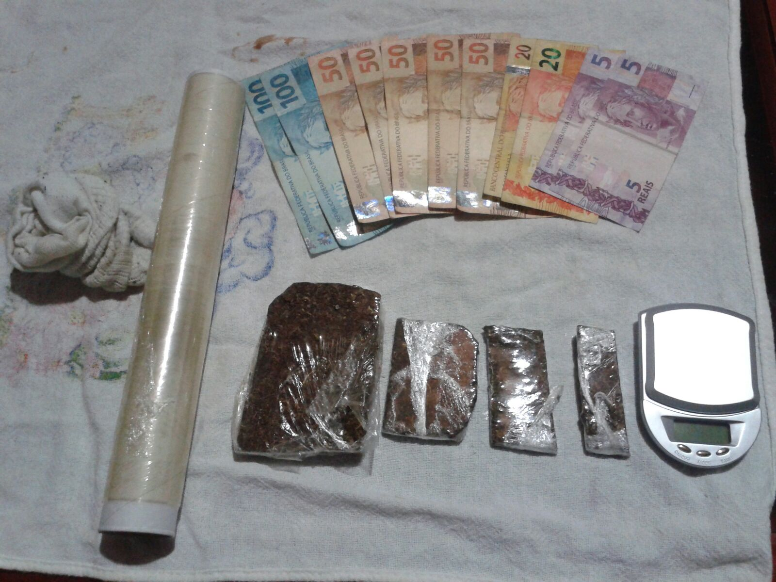 Droga, balança e dinheiro apreendidos com o menor