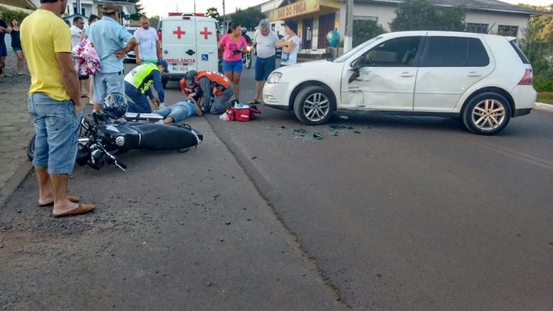 Vítima sendo atendida pelos bombeiros