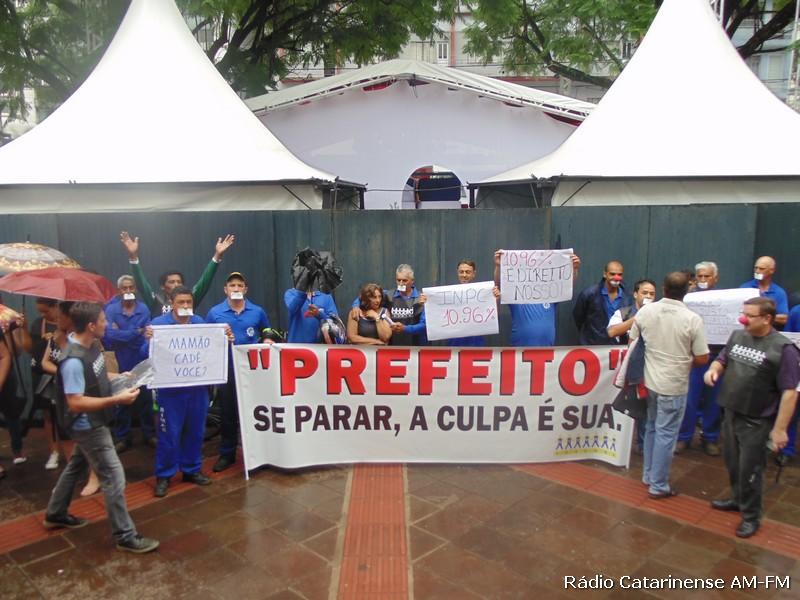 Apesar da chuva mobilização dos funcionários aconteceu