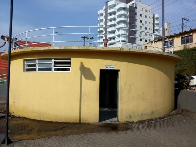 Banheiro da praça de Herval, local onde aconteceu a ocorrência