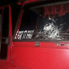 Parabrisa do caminhão foi atingido por pedras