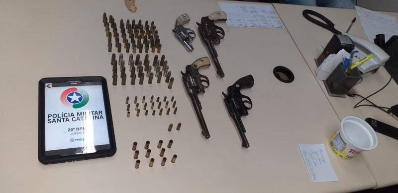 Material apreendido pela polícia na casa do acusado