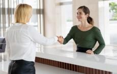 recepcionista-de-escritorio-saudacao-parceiro-corporativo_1262-16353