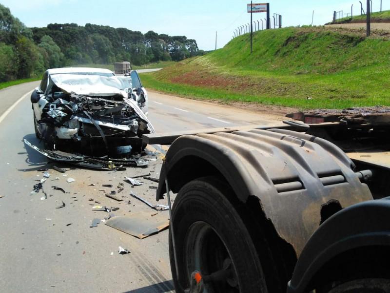 Motorista do carro teve ferimentos e foi conduzido ao hospital